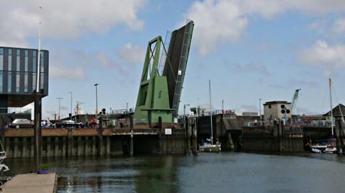 Cuxhaven Citymarina. Die Brücke öffnet auf Anfrage stündlich von 05:00 – 23:00